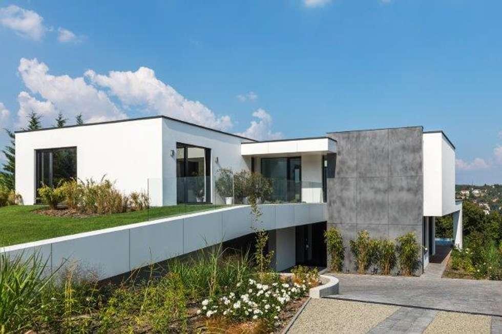 Facciata brutalista: Case in stile in stile Moderno di IDEAL WORK Srl