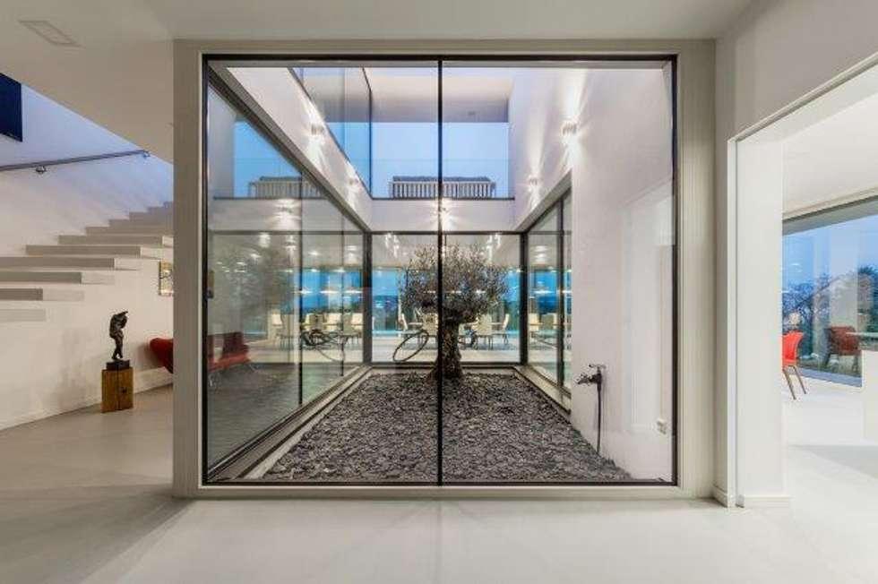 vetro e cemento: continuità senza limiti: Pavimento in stile  di IDEAL WORK Srl