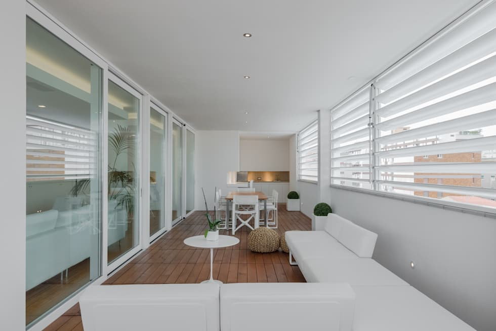 Modern penthouse | Attico Moderno - shades of white and teak: Terrazza in stile  di DomECO