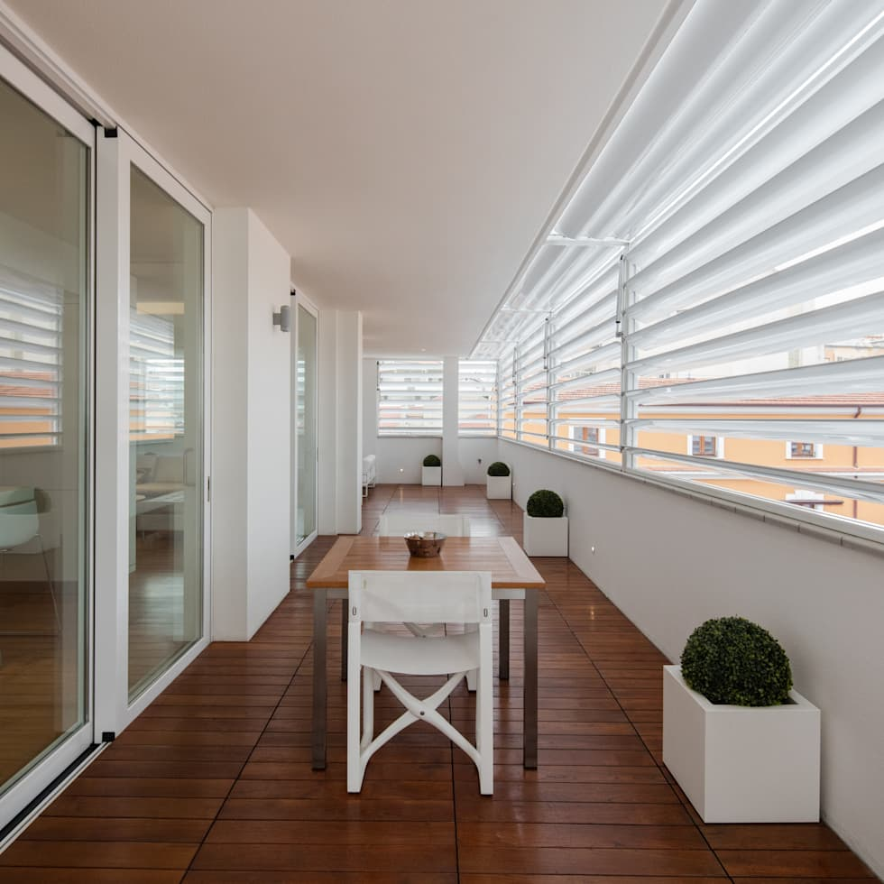 Modern penthouse | Attico Moderno - shades of white and teak: Terrazza in stile  di DomECO