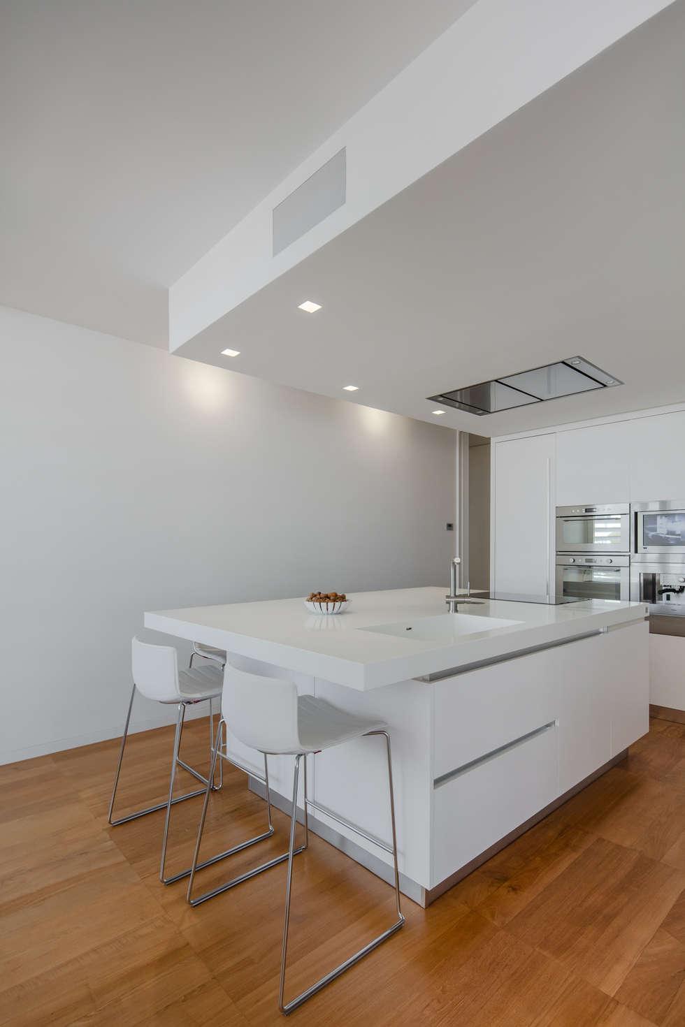 Modern penthouse   Attico Moderno - shades of white and teak: Cucina attrezzata in stile  di DomECO
