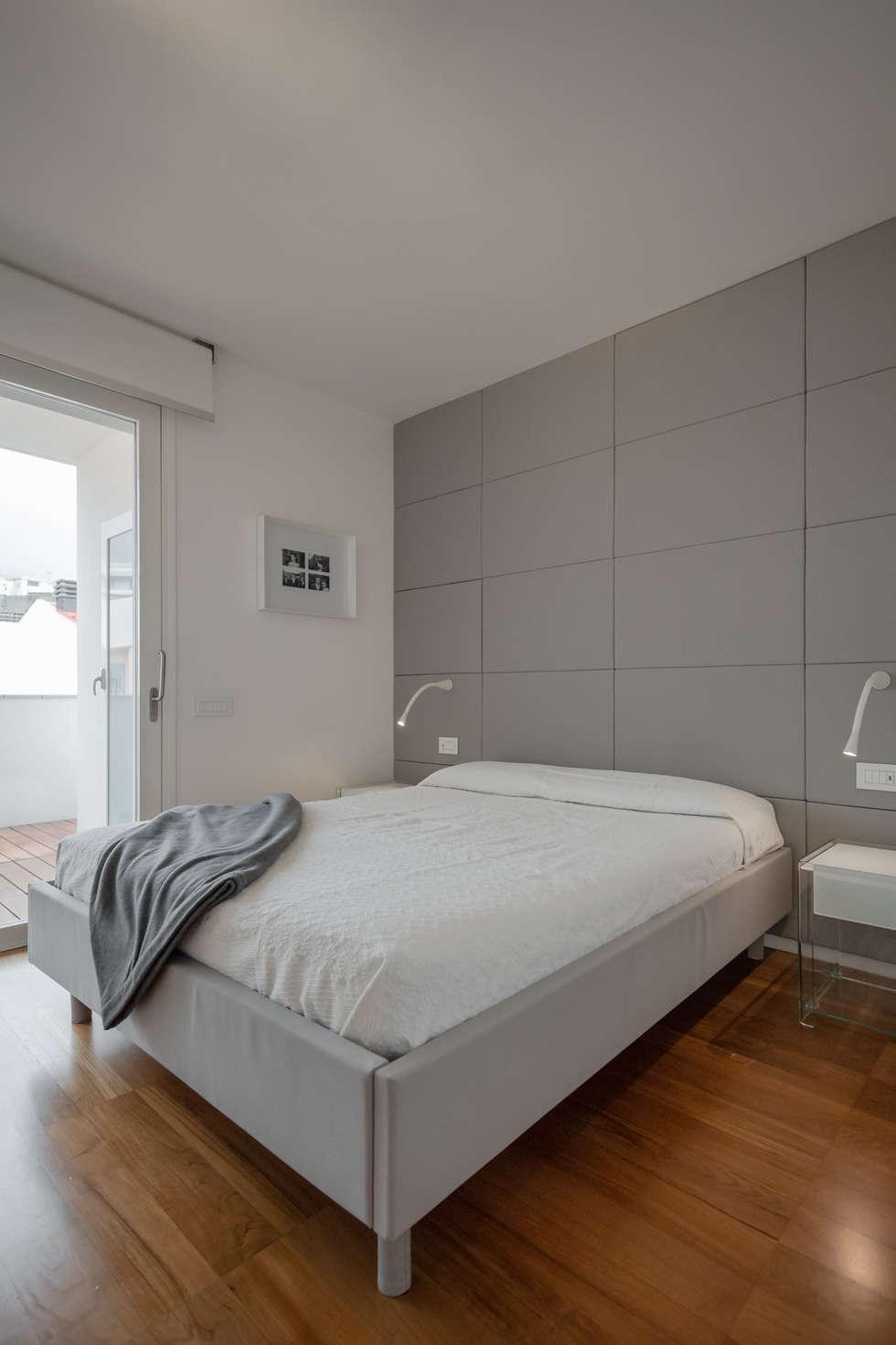 Modern penthouse | Attico Moderno - shades of white and teak: Camera da letto in stile in stile Moderno di DomECO