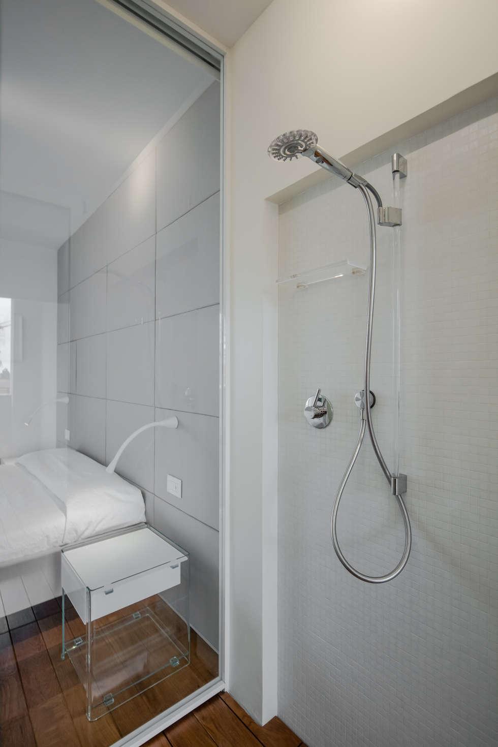 Modern penthouse   Attico Moderno - shades of white and teak: Bagno in stile in stile Moderno di DomECO