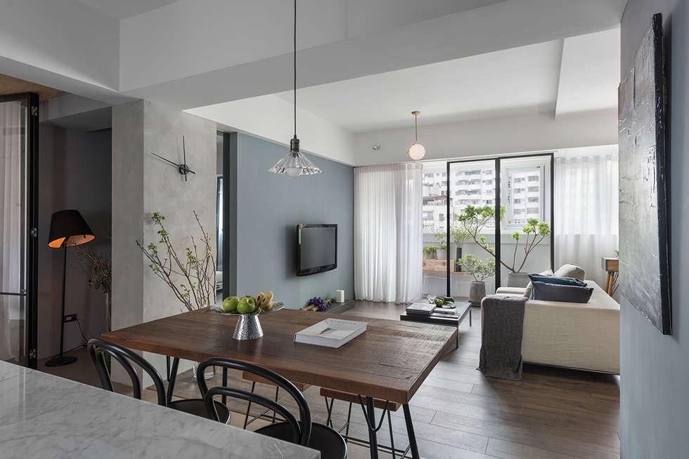 餐廳與客廳的關係:  客廳 by 沐光植境設計事業