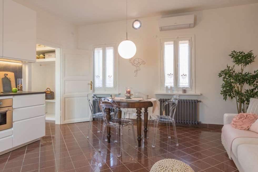 Fenicottero Rosa: Sala da pranzo in stile in stile Classico di Anna Leone Architetto Home Stager