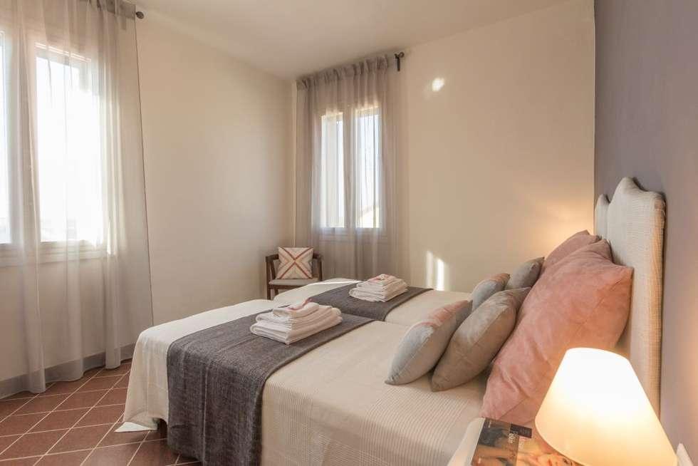 Fenicottero Rosa: Camera da letto in stile in stile Minimalista di Anna Leone Architetto Home Stager
