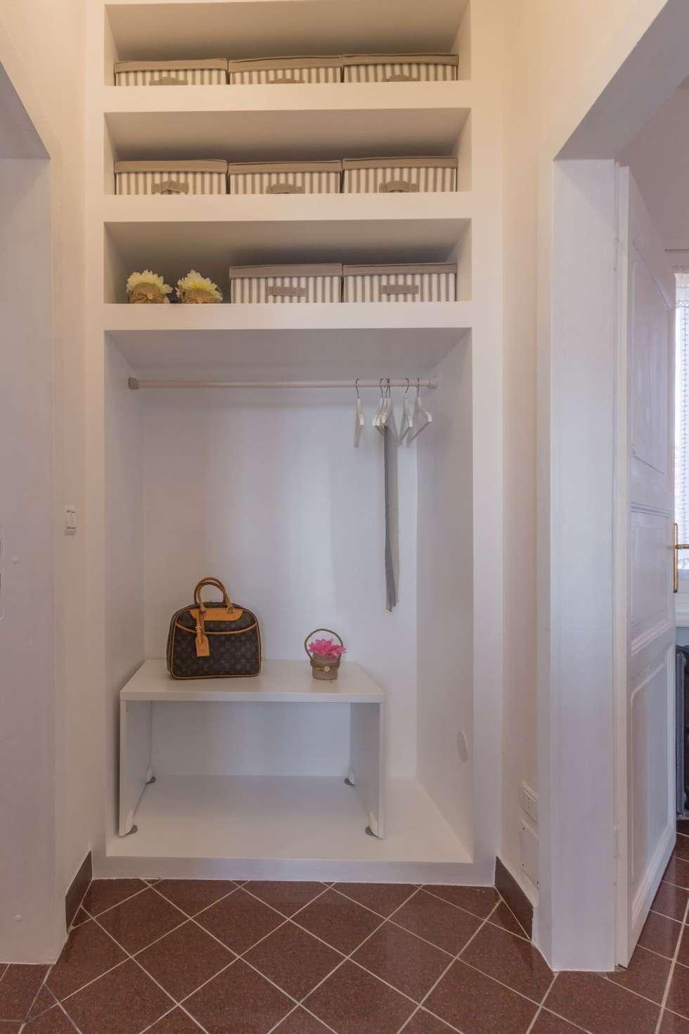 Fenicottero Rosa: Spogliatoio in stile  di Anna Leone Architetto Home Stager