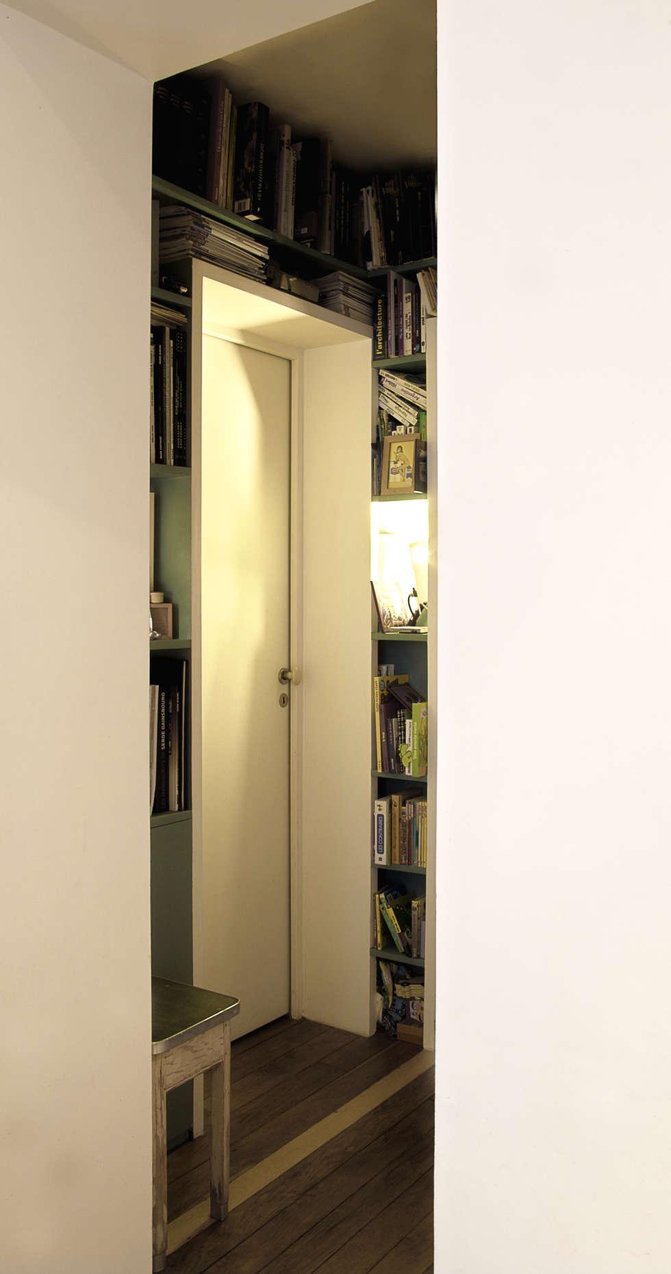 Dégagement: Couloir et hall d'entrée de style  par jSbA