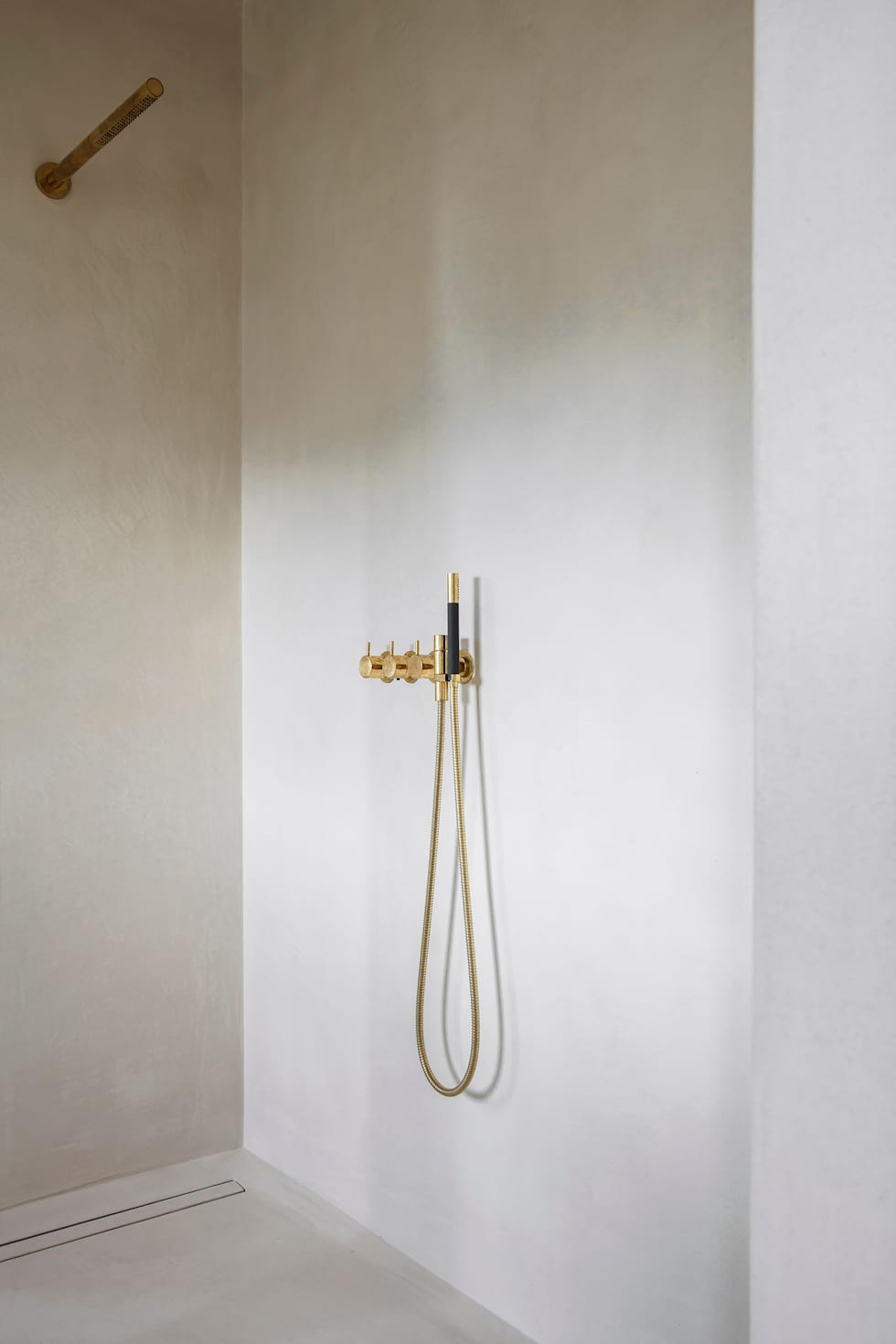 Microtopping anche in bagno: Bagno in stile in stile Moderno di IDEAL WORK Srl
