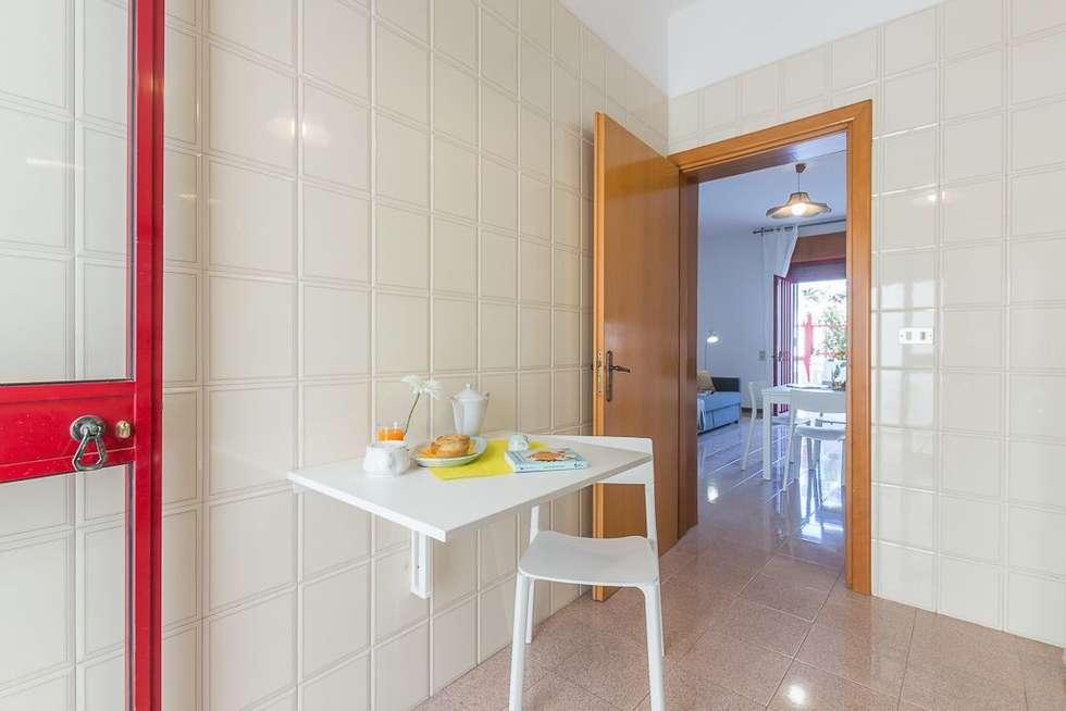 Casa Gaia: Cucina in stile in stile Mediterraneo di Anna Leone Architetto Home Stager