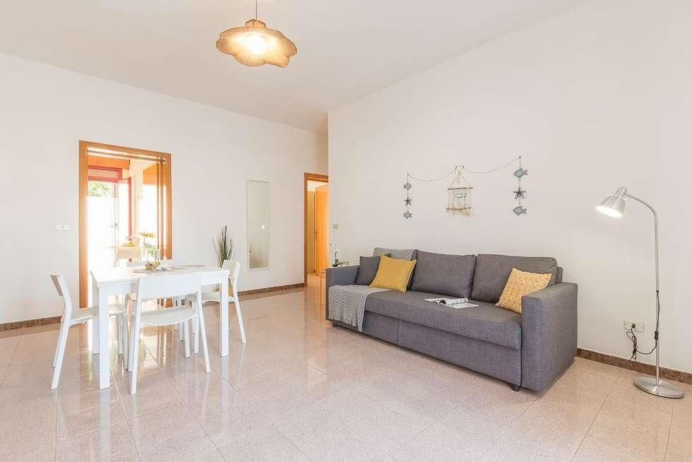 Casa Gaia: Soggiorno in stile in stile Mediterraneo di Anna Leone Architetto Home Stager