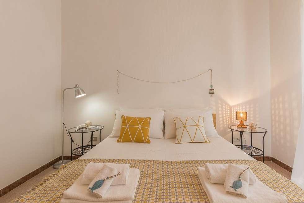 Casa Gaia: Camera da letto in stile in stile Mediterraneo di Anna Leone Architetto Home Stager