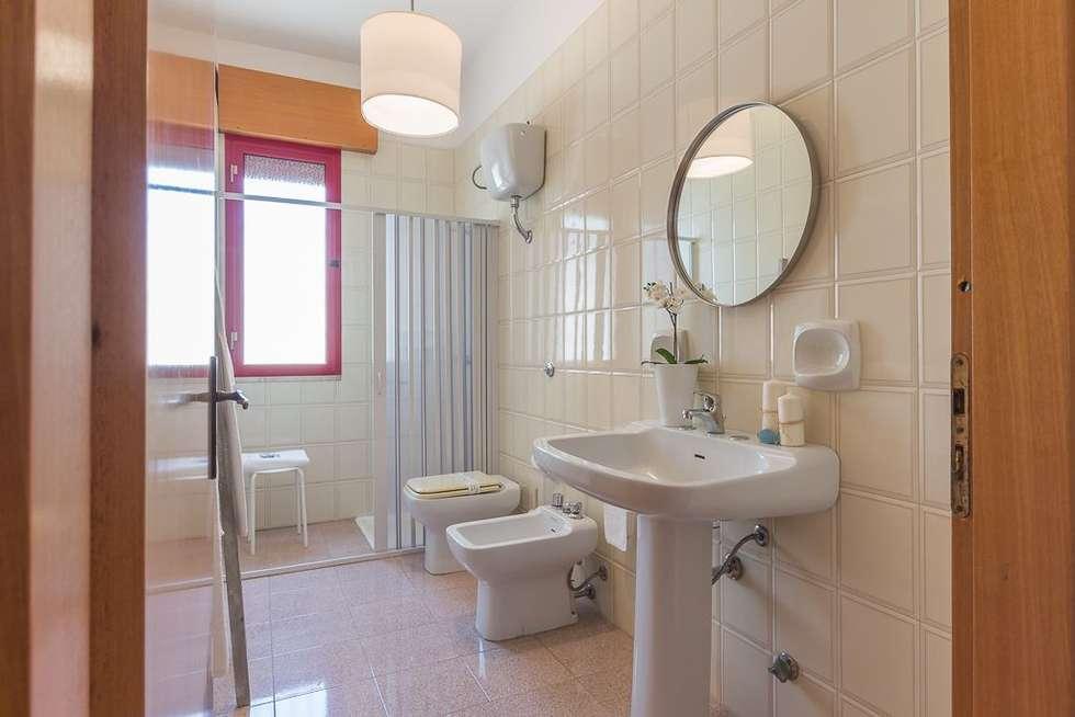 Casa Gaia: Bagno in stile in stile Mediterraneo di Anna Leone Architetto Home Stager