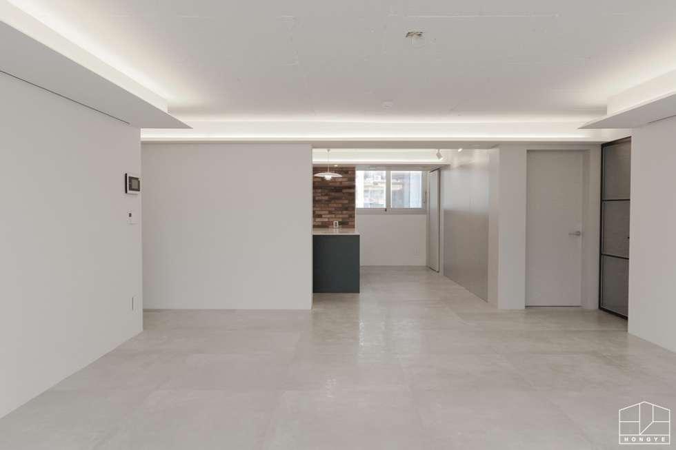 호텔 부럽지않은 심플하고 럭셔리한 집, 48평 아파트 리모델링: 홍예디자인의  거실