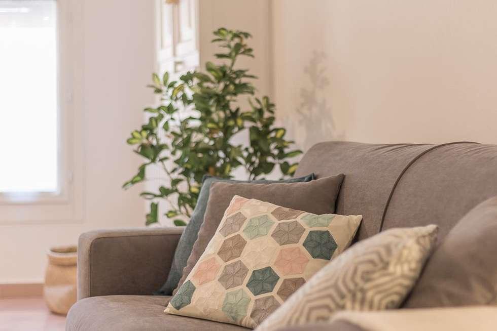 Appartamento Cigno: Soggiorno in stile in stile Minimalista di Anna Leone Architetto Home Stager