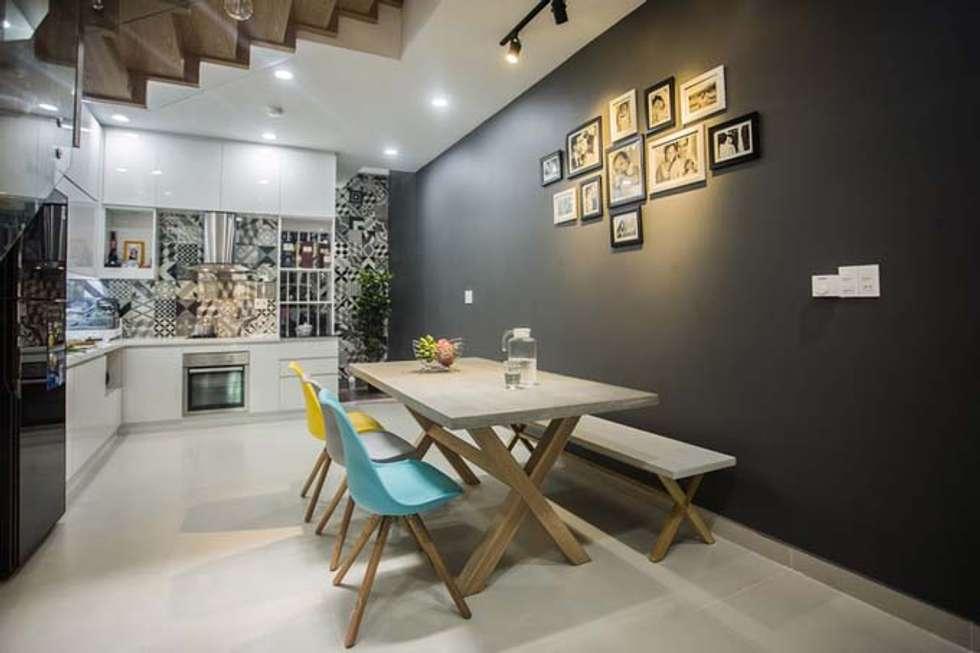 Không gian mở liên kết giữa phòng bếp và phòng khách:  Phòng ăn by Công ty TNHH Xây Dựng TM – DV Song Phát
