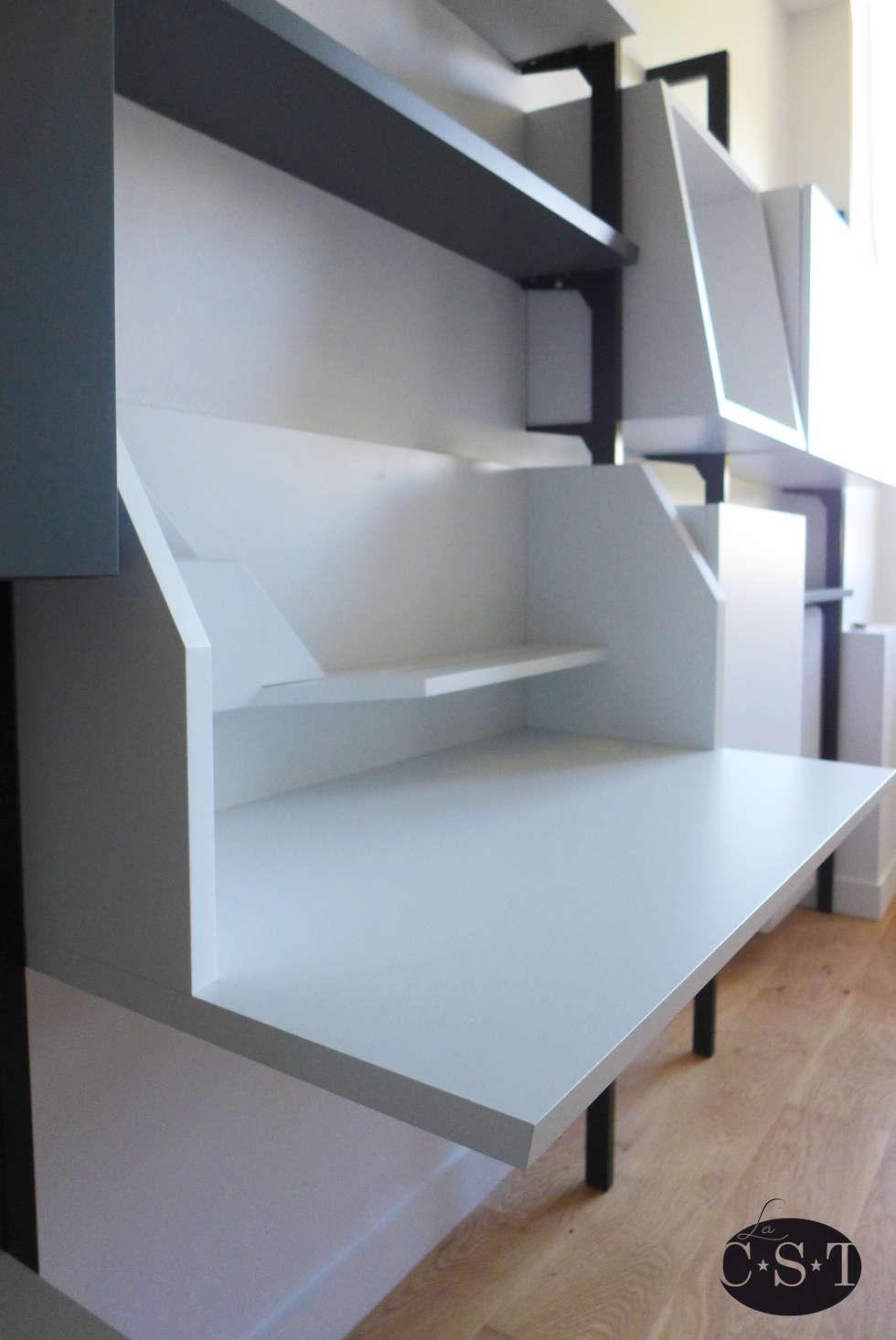 Bibliothèque modulaire sur montants métalliques: Bureau de style de style Moderne par La C.S.T