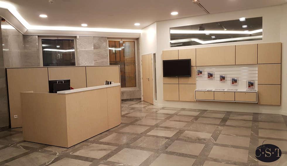 agencement d'un hall d'accueil et d'une salle de réunion: Couloir et hall d'entrée de style  par La C.S.T