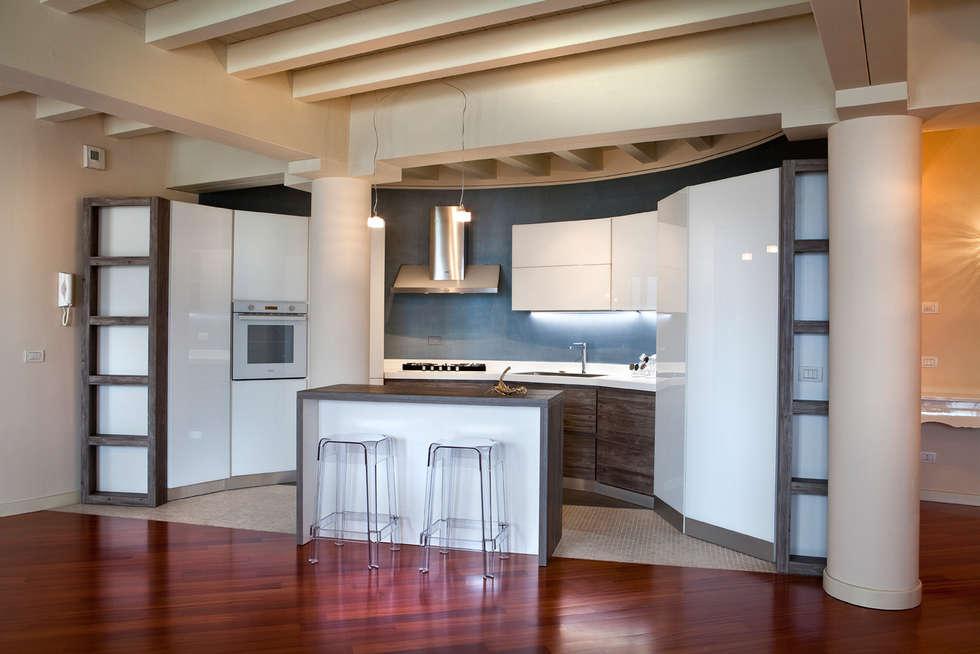 Cucina su misura per parete semicircolare: Cucina in stile in stile Moderno di Fab Arredamenti su Misura