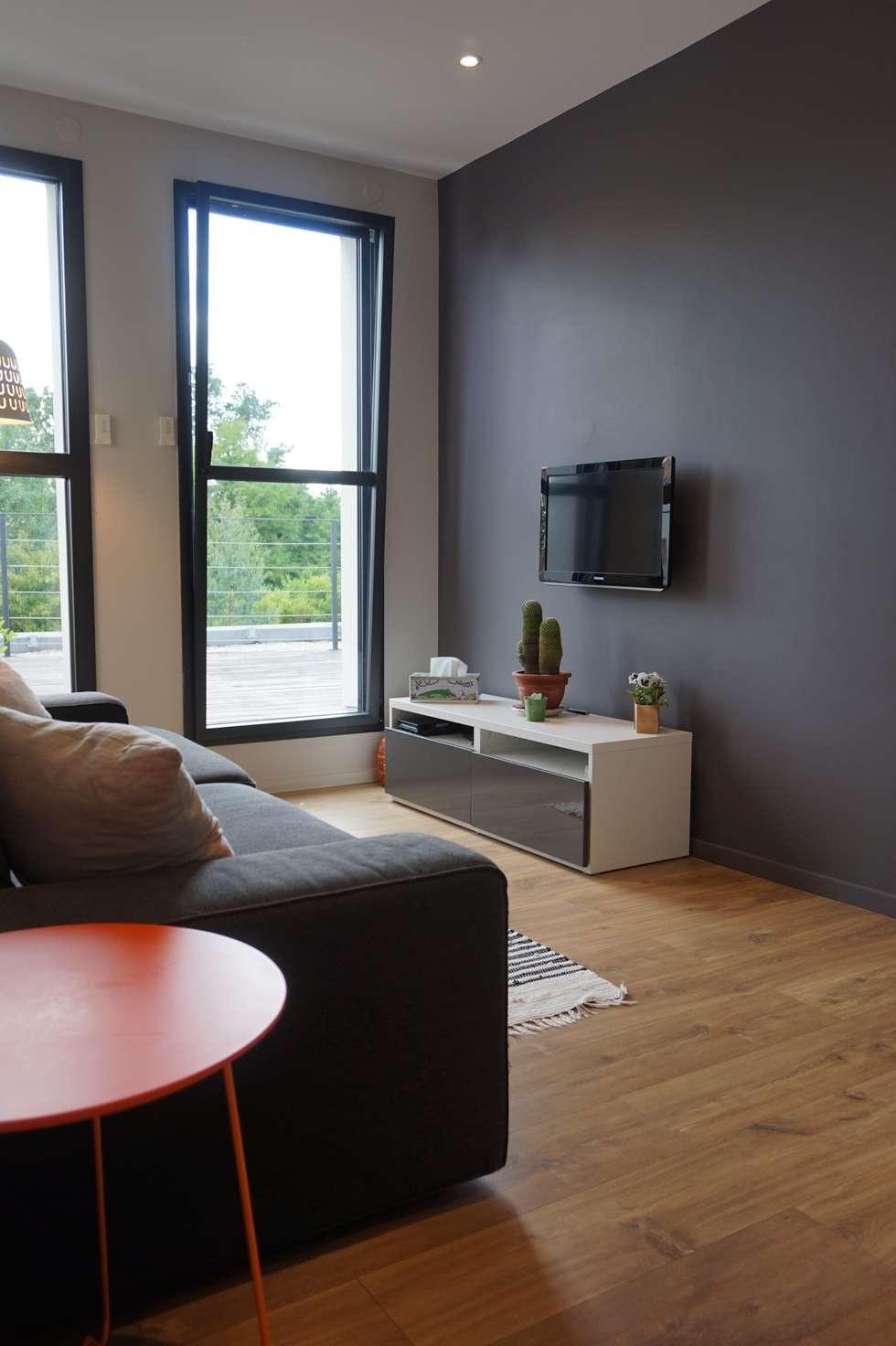 petit salon Tv coloré: Salon de style de style Moderne par Backhome