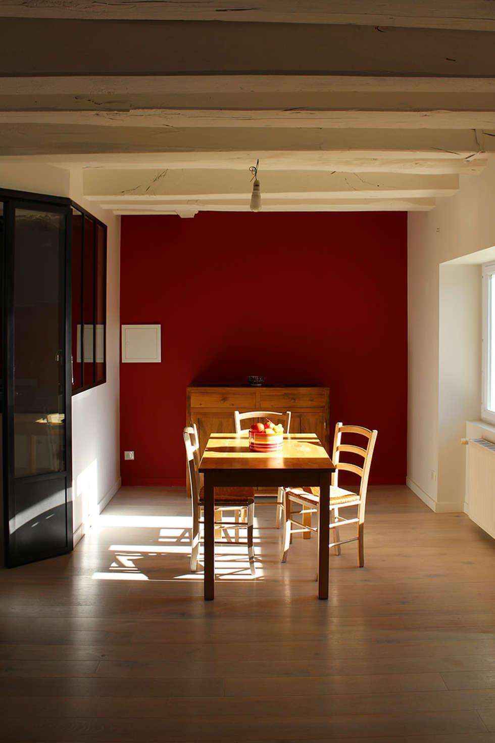 rénovation d'un corps de ferme: Salle à manger de style de style Moderne par Backhome