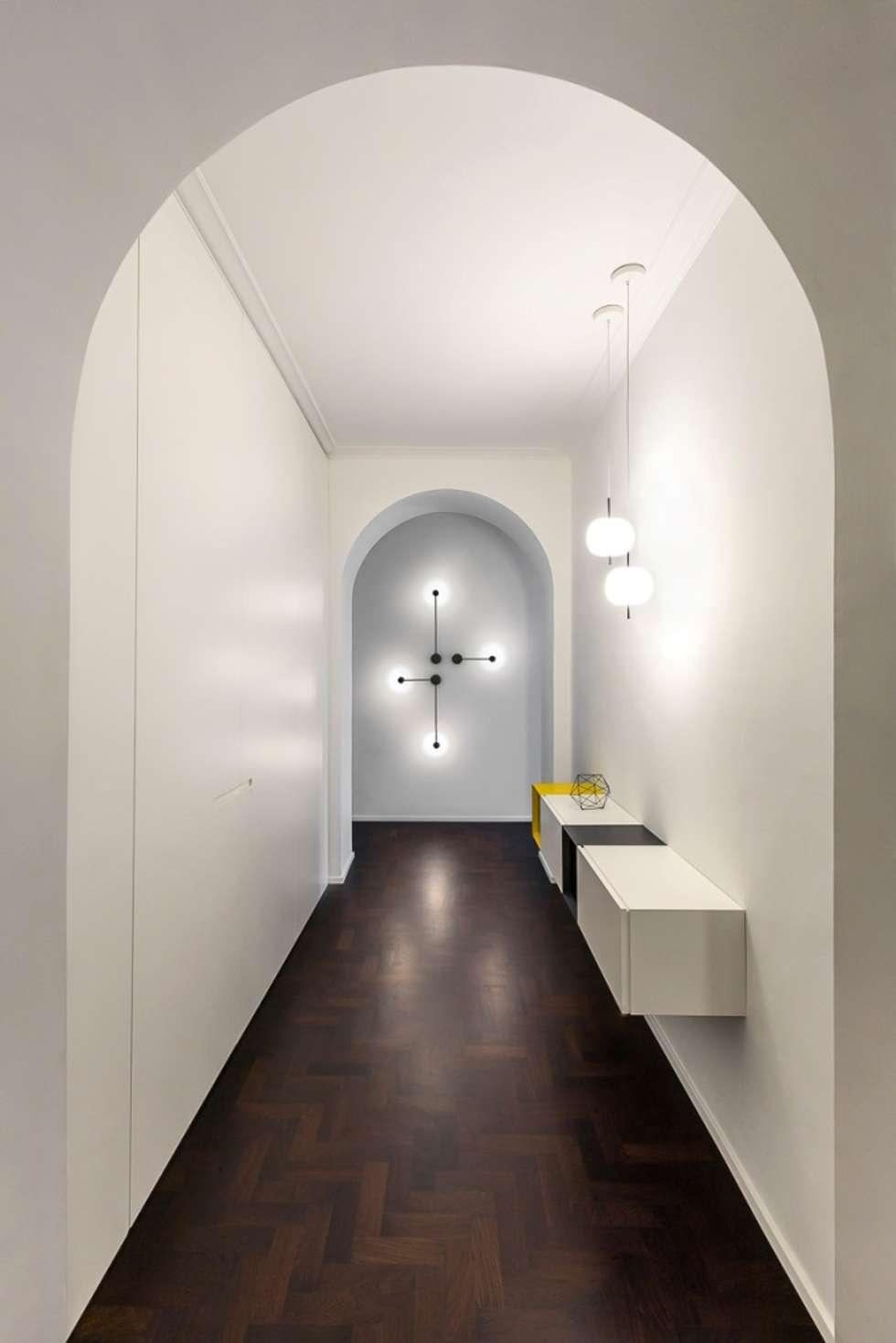 L'ingresso dell'appartamento: Ingresso & Corridoio in stile  di Paola Maré Interior Designer
