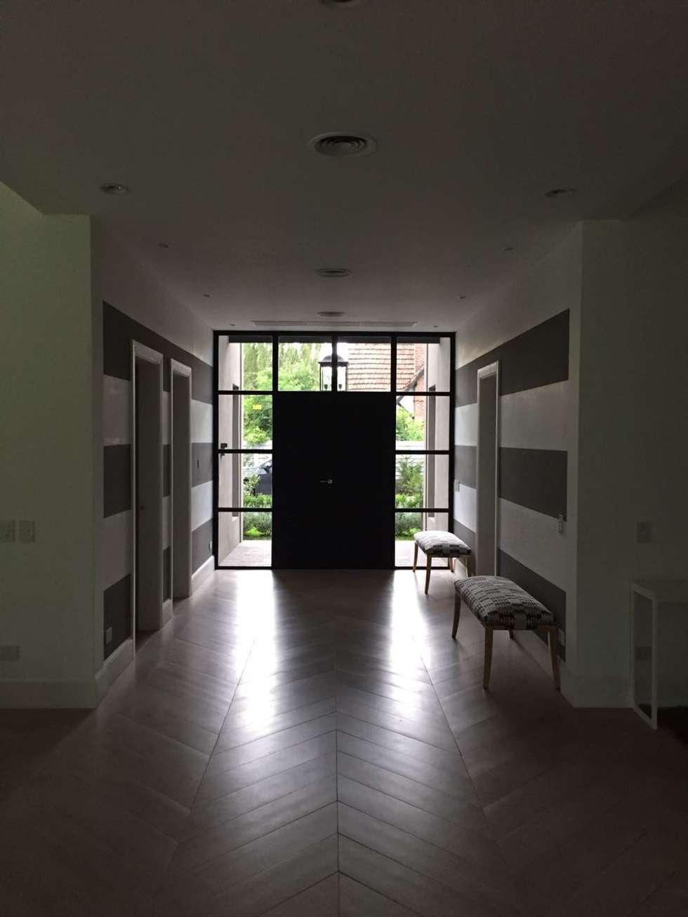 CASA EN TORTUGAS CC-HALL DE ACCESO: Pasillos y recibidores de estilo  por Estudio Dillon Terzaghi Arquitectura