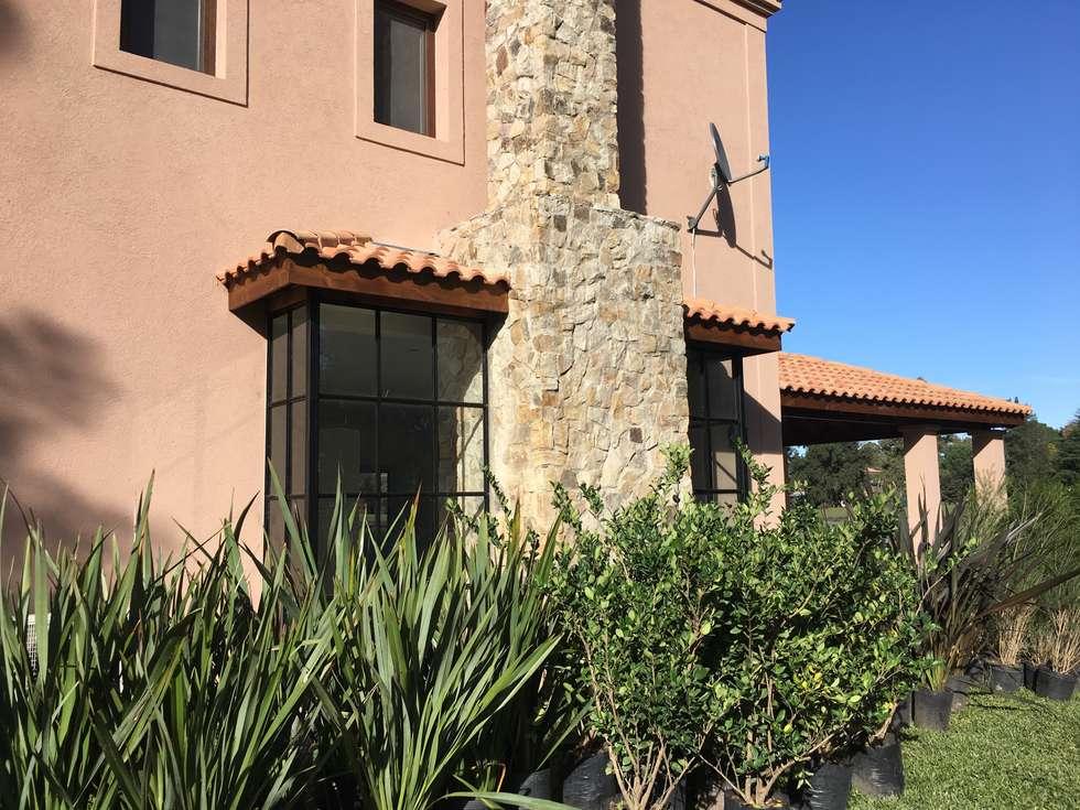 CASA EN SAINT THOMAS CC: Jardines de invierno de estilo mediterraneo por Estudio Dillon Terzaghi Arquitectura