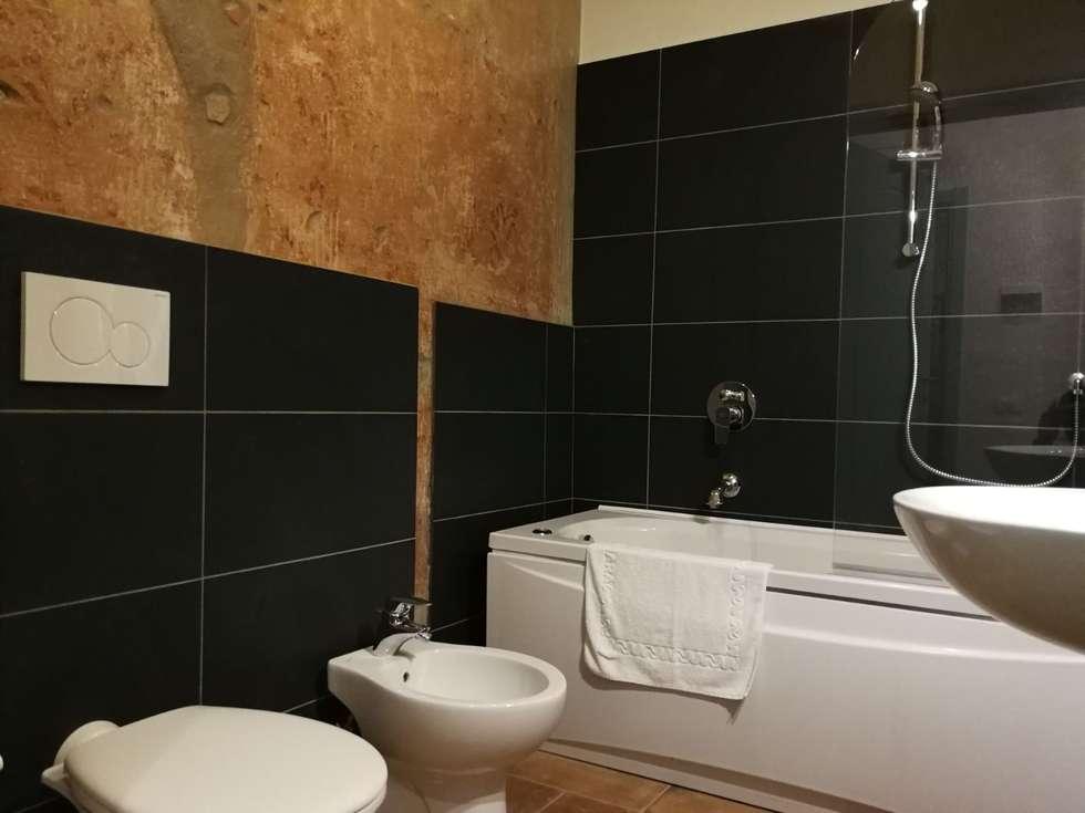 Bagno: Hotel in stile  di Luca Alitini