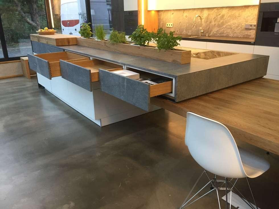 Küche Im Industrie Loft Style Mit Plattenüberhang Und überall Stauraum Wo  Er Möglich Ist.: