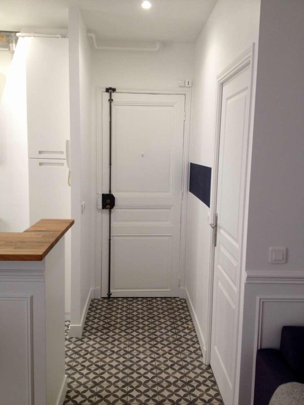 La renaissance d'un 2 pièces dans l'ancien: Couloir et hall d'entrée de style  par Decorexpat