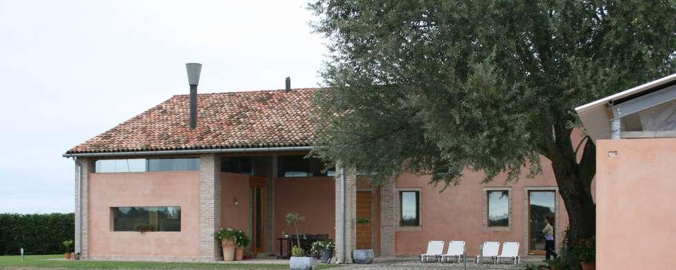 Vista Sud: Casa di campagna in stile  di Massimo Berto Architetto