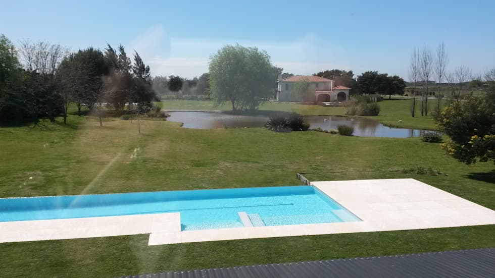 Casa en Haras San Pablo : Piletas de jardín de estilo  por Estudio Dillon Terzaghi Arquitectura