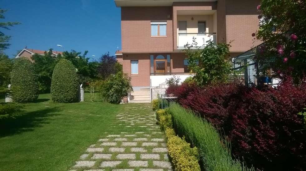 Villa con giardino: Giardino anteriore in stile  di Studio dt Arch&Art