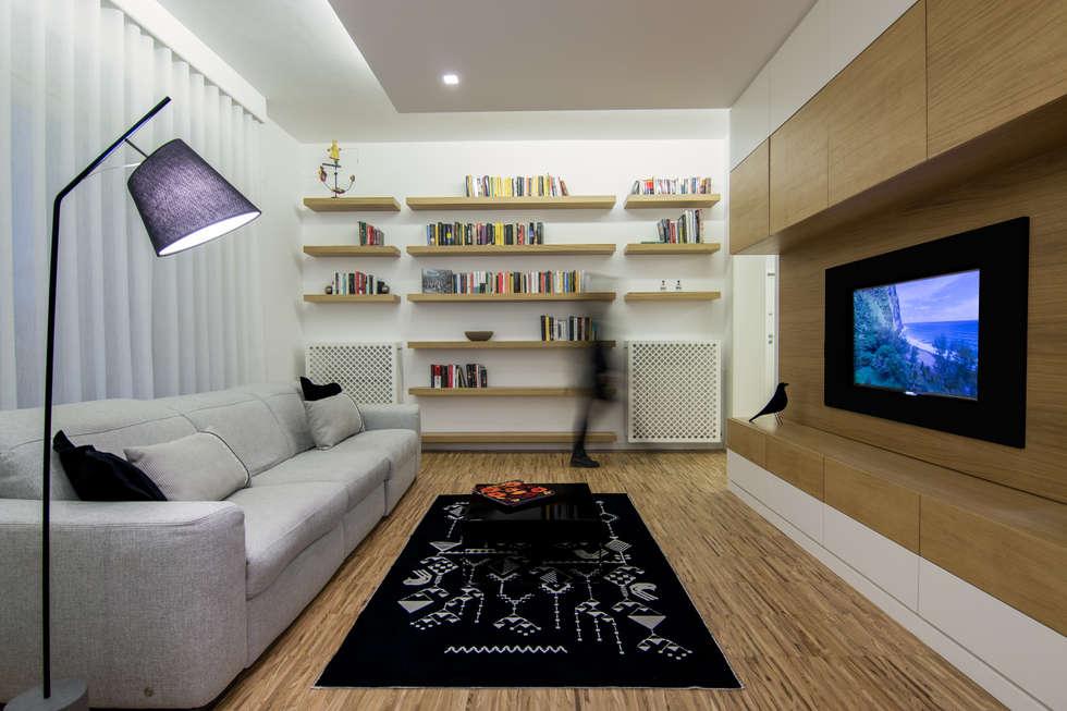 LIVING ROOM: Soggiorno in stile in stile Moderno di DomECO