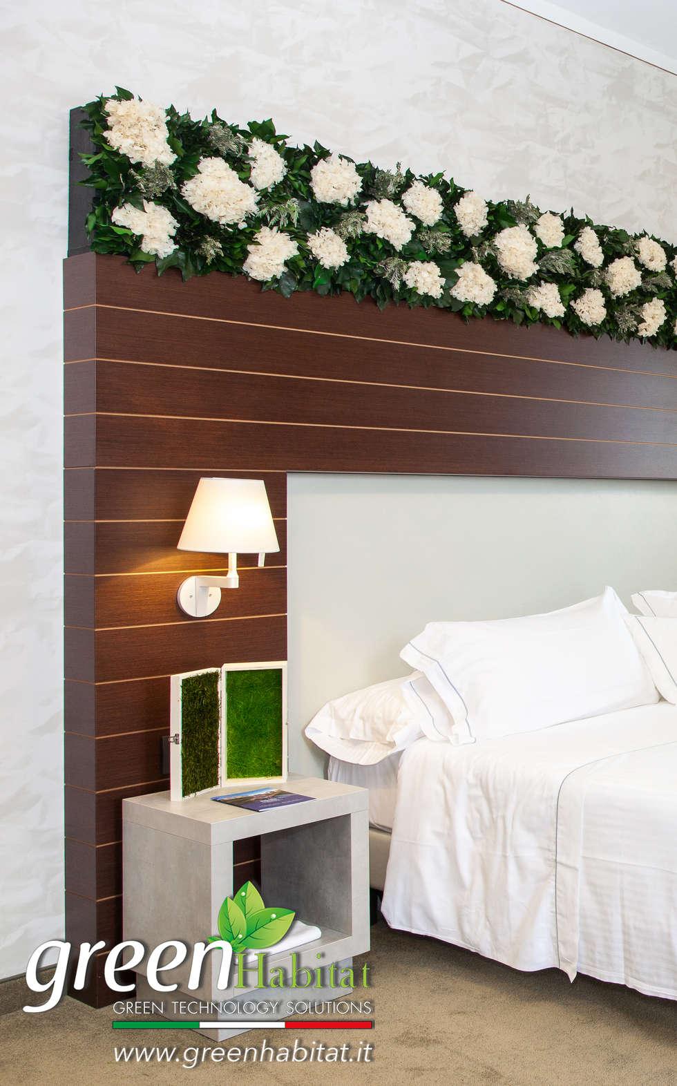 TESTATA DEL LETTO CON VEGETAZIONE: Camera da letto in stile in stile Minimalista di Green Habitat s.r.l.