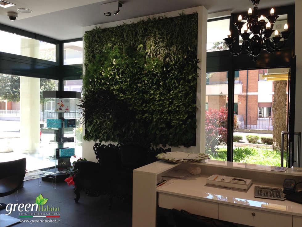 GIARDINO VERTICALE SALA ATTESA PARRUCCHIERE: Ingresso & Corridoio in stile  di Green Habitat s.r.l.