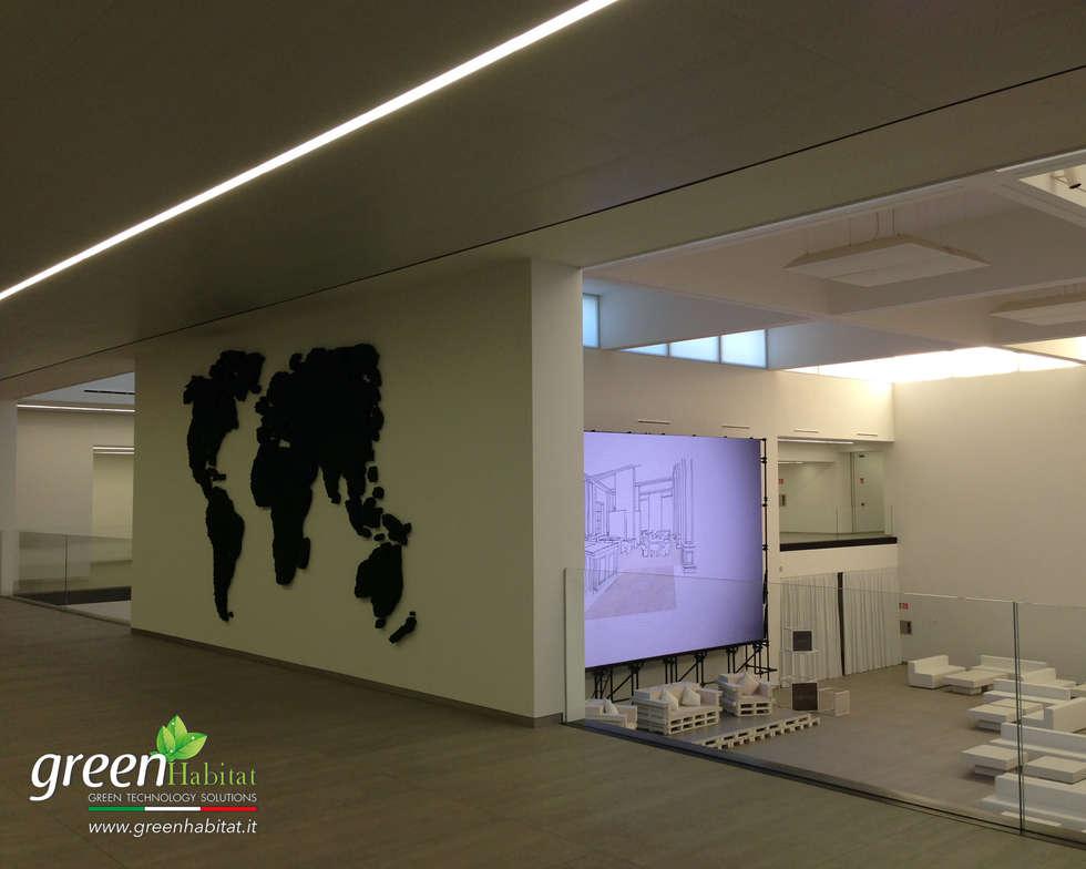 GIARDINO VERTICALE CENTRO CONGRESSI: Centri congressi in stile  di Green Habitat s.r.l.