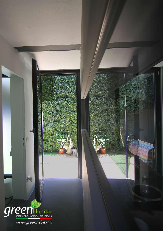 APPARTAMENTO OPEN SPACE CON GIARDINO VERTICALE: Case in stile in stile Minimalista di Green Habitat s.r.l.