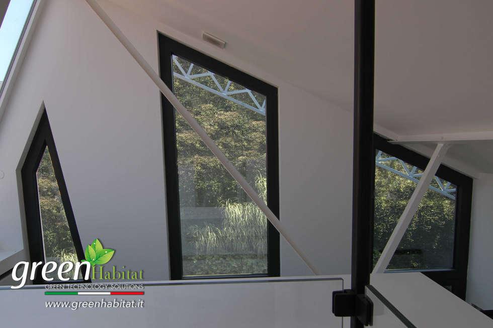 GIARDINO VERTICALE CON VISTA DA PIANO SUPERIORE: Case in stile in stile Moderno di Green Habitat s.r.l.