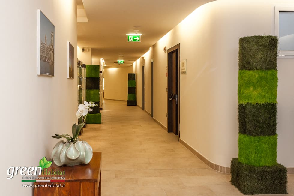 L'ingresso e il Ristorante con il nostro green design.: Ingresso & Corridoio in stile  di Green Habitat s.r.l.