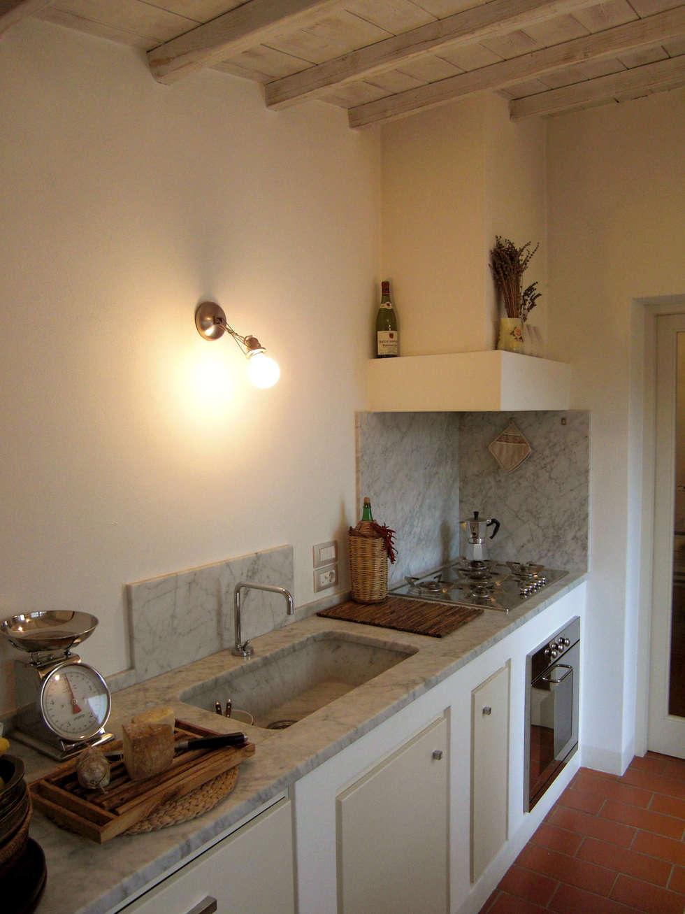 Ristrutturazione casa vacanza: cucina in stile in stile coloniale di ...