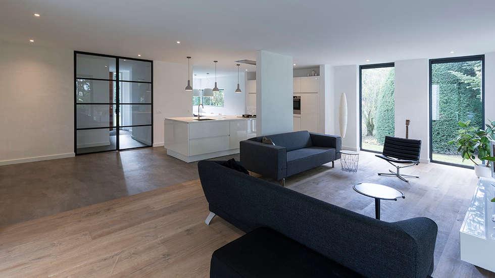 Eigentijdse villa: moderne woonkamer door chora architecten homify