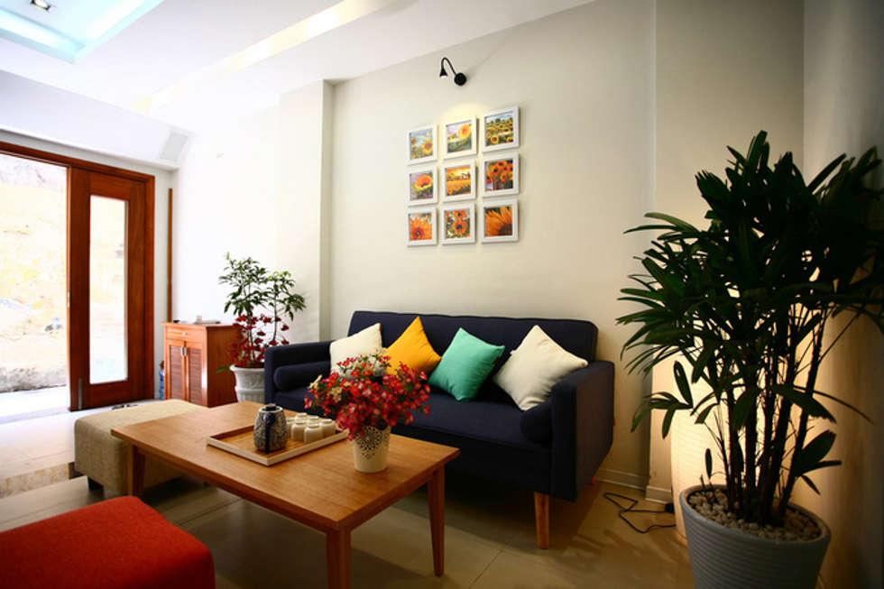 Bố trí nội thất phòng khách và phòng bếp:  Phòng khách by Công ty TNHH Xây Dựng TM – DV Song Phát