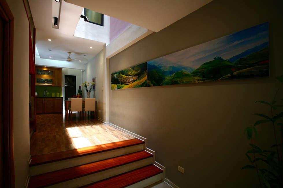 Giếng trời – giải pháp cho nhà có diện tích nhỏ:  Cầu thang by Công ty TNHH Xây Dựng TM – DV Song Phát