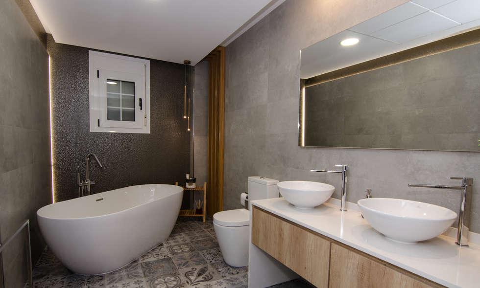 Baño de cortesia: Baños de estilo moderno de CARMAN INTERIORISMO