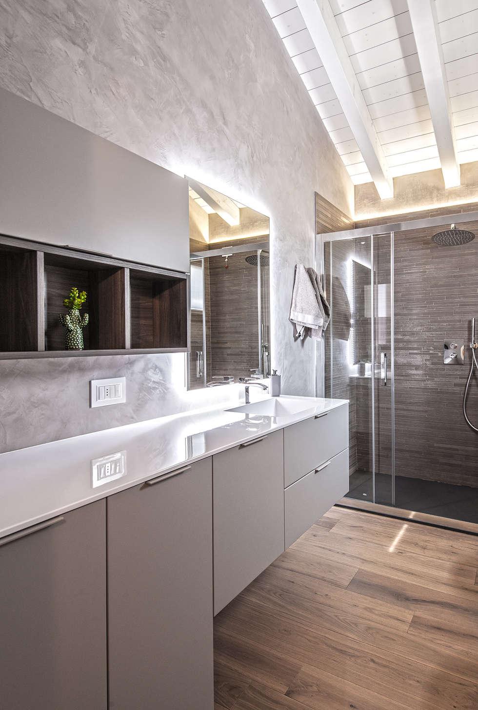 COLORI CHE SCALDANO IL CUORE: Bagno in stile in stile Moderno di Studio Moltrasio - Zero4 Snc