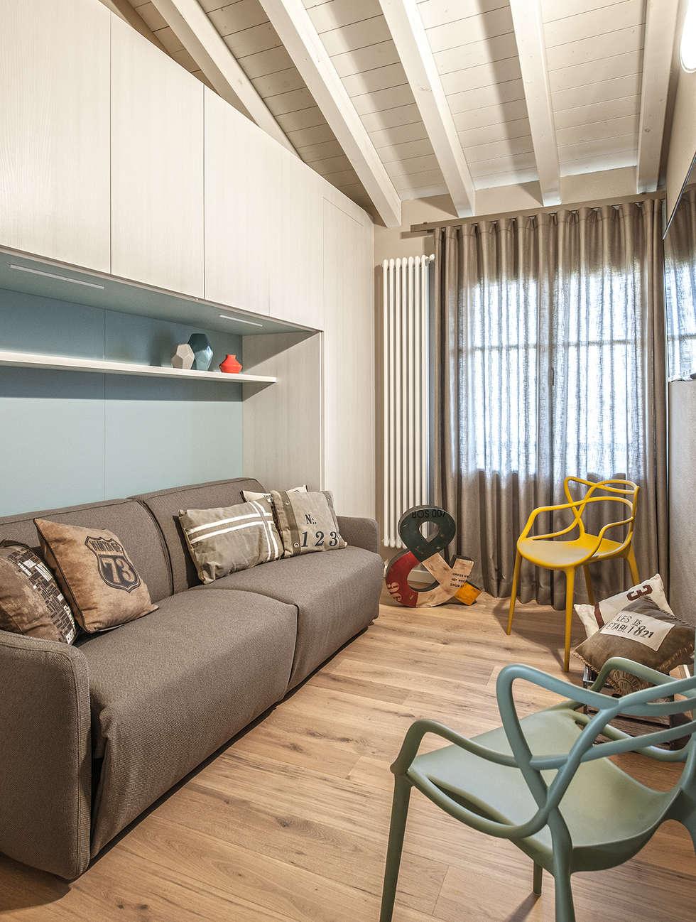 COLORI CHE SCALDANO IL CUORE: Camera da letto in stile in stile Moderno di Studio Moltrasio - Zero4 Snc