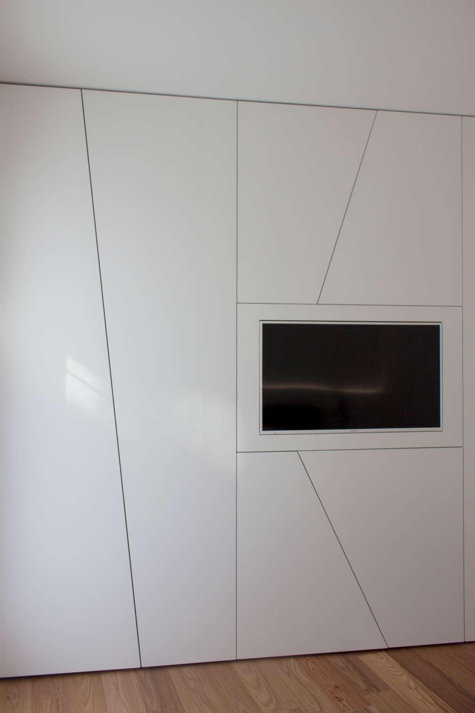 guardaroba: Camera da letto in stile in stile Minimalista di Giemmecontract srl.