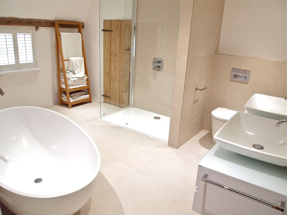 Stylish Grade II Bathroom: modern Bathroom by DeVal Bathrooms